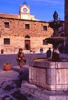 Piazza Margherita - sullo sfondo l'ex carcere, ora museo civico di Castelbuono - La Banca di Corte dove i Ventimiglia, Signori di Castelbuono, coniavano moneta.(1592 - 1600)  - Castelbuono (6249 clic)