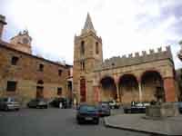 Piazza Margherita - Sulla destra la Matrice vecchia e sulla sinistra la Banca di Corte oggi sede del Museo civico  - Castelbuono (8256 clic)
