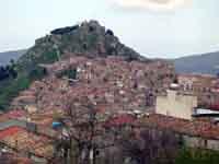 Panorama nord dell'antico nucleo addossato alla rocca del castello; sullo sfondo: il Tirreno  - Mistretta (6283 clic)