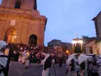Gli Incappucciati - Venerdì Santo ad Enna. Il Fercolo dell'Addolorata  - Enna (4463 clic)