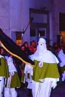 Gli Incappucciati - domenica di Pasqua ad Enna - Il porta bandiera della confraternita di Maria SS. di Valverde  - Enna (3263 clic)