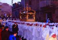 Gli Incappucciati - domenica di Pasqua ad Enna - Il fercolo del Cristo morto portato a spalla dai confrati del SS.Salvatore il Venerdi Santo  - Enna (5929 clic)