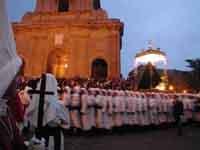 Gli Incappucciati - domenica di Pasqua ad Enna - Il fercolo di Maria SS.ADDOLORATA mentre si appresta ad entrare nella Cattedrale, il Venerdi Santo  - Enna (3952 clic)