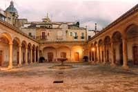 Loggiato dell'ex mercato ittico oggi sede del Museo Civico di Storia Naturale e della fondazione Bufalino  - Comiso (8105 clic)