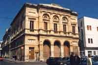 il teatro Comunale in stile neoclassico sec. XIX costruito sulle fondamenta della chiesa conventuale dei Frati Domenicani.   - Avola (4505 clic)