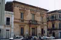 Museo civico (già antico ufficio postale) sec. XIX costruito sulle fondamenta della Chiesa di San Sebastiano dove all'interno si può ammirare la cripta. Oggi il museo è chiuso ma è insufficiente ad ospitare un museo archeologico, medievale della città, in  - Avola (2645 clic)