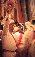 Festa di San Sebastiano - Uno dei tantissimi pellegrini (nuru - cfr. nudo) che il mattino 4 maggio, in occasione della festa del santo patrono, accorre a Melilli, per esprimere verso il Santo, la sua devozione, ringraziamento o richiesta  di intercessione per ottenere una grazia, gridando con fervore e forte commozione PRIMA DIU E SAMMASTIANU (crf. PRIMA DIO E POI A SAN SEBASTIANO).  - Melilli (6611 clic)