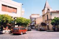 Piazza Quattro Canti e la Chiesa Madre, dedicata all'Angelo Custode, Patrono della cittadina industriale  - Priolo gargallo (7575 clic)
