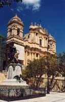 Cattedrale e Monumento ai Caduti  - Noto (3865 clic)
