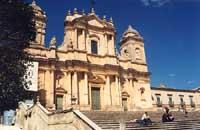 La Cattedrale e a destra la Curia Vescovile  - Noto (3657 clic)