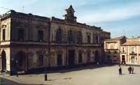 Piazza del Popolo con Palazzo Municipale  - Palazzolo acreide (3887 clic)