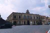 Municipio e Piazza del Popolo vista da inizio Via San Sebastiano  - Palazzolo acreide (2156 clic)