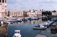 Porto piccolo (sullo sfondo P.zza delle Poste)  - Siracusa (4079 clic)
