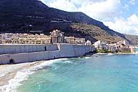 petrolo e chiesa madre sullo sfondo   - Castellammare del golfo (5927 clic)