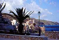 piazza petrolo con sfondo del castello di castellammare del golfo  - Castellammare del golfo (5090 clic)