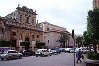 Chiesa del Purgatorio e a destra il teatro Selinus. La chiesa (oggi auditorium) fu eretta tra il 1624 e il 1664.  - Castelvetrano (5819 clic)