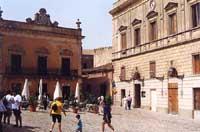 Piazza Umberto I - la piazza principale di Erice, sede del museo Cordici e del Municipio  - Erice (5077 clic)