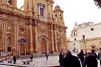 piazza della Repubblica con vista del prospetto della Chiesa madre  - Marsala (7541 clic)