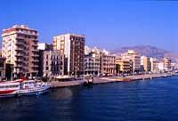 Porto di Trapani: veduta del molo di attracco degli aliscafi  - Trapani (7070 clic)