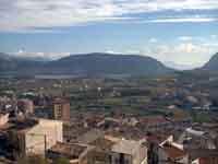 Veduta parziale del paese di Piana degli Albanesi con il lago sullo sfondo e la montagna di Rocca Busambra sulla destra  - Piana degli albanesi (4747 clic)