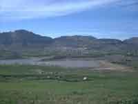 Vista panoramica del paese di Piana degli Albanesi. In basso il lago omonimo quasi asciutto a causa delle scarse precipitazioni di quest'anno  - Piana degli albanesi (4800 clic)