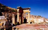 Rovine di Solunto - portico di casa Patrizia di età ellenistica che trova un riferimento greco evidenziabile nelle colonne e nell'architrave  - Solunto (7020 clic)